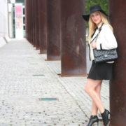 black-and-white-mit-schleife-fuer-karl-lagerfeld